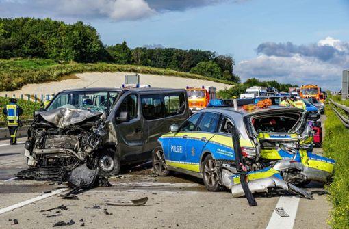 Kleinbus rast in Streifenwagen – drei lebensgefährlich Verletzte