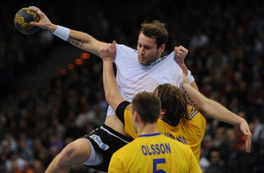 Deutschlands Handballer Steffen Fäth wird von den Schweden Jesper Nielsen (Mitte) und Markus Olsson geblockt. Foto: dpa