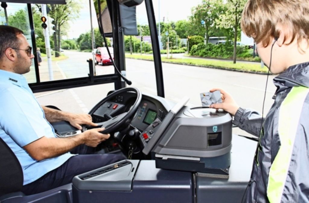 Beim Testbetrieb in Ludwigsburg muss  die neue VVS-Chipkarte Polygo im Linienbus nur kurz an das Lesegerät gehalten werden. Foto: VVS
