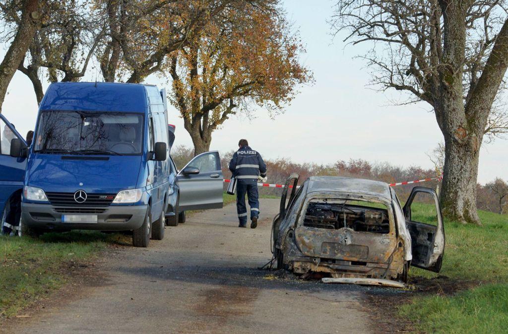 In diesem Auto verbrannte die Frau – aber ob sie auch dort ums Leben kam, ist unklar. Foto: dpa/Andreas Rosar