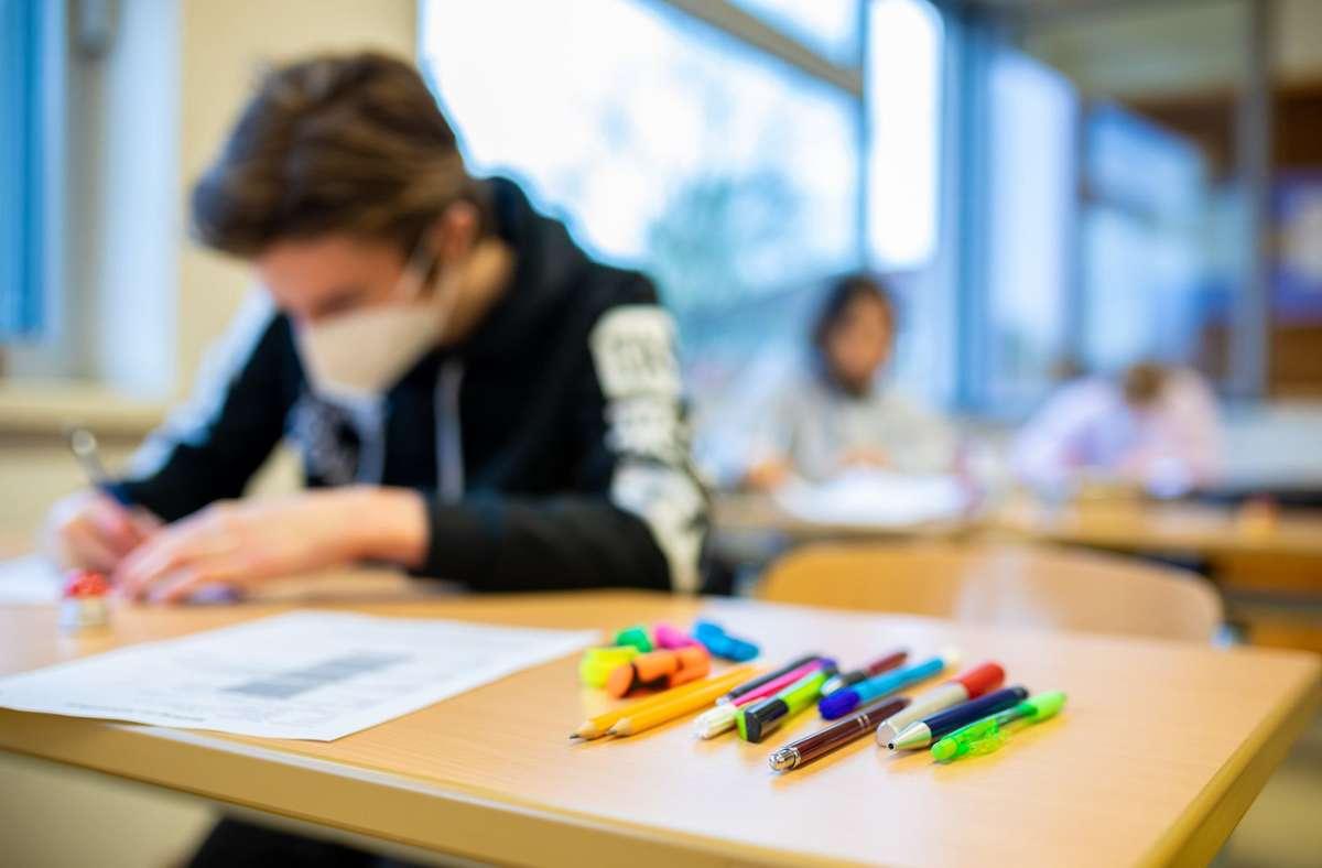 Am Montag waren hunderttausende Schülerinnen und Schüler nach über vier Monaten im Lockdown in ihre Klassenzimmer zurückgekehrt. Foto: dpa/Moritz Frankenberg