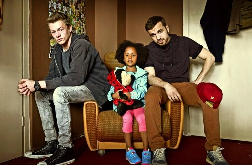 """Gemeinsam zu Hause: die Hauptdarsteller von """"Familie Braun"""": Vincent Krüger (l.), Nomie Lane Tucker (M.) und Edin Hasanovic (r.). Foto: ZDF"""