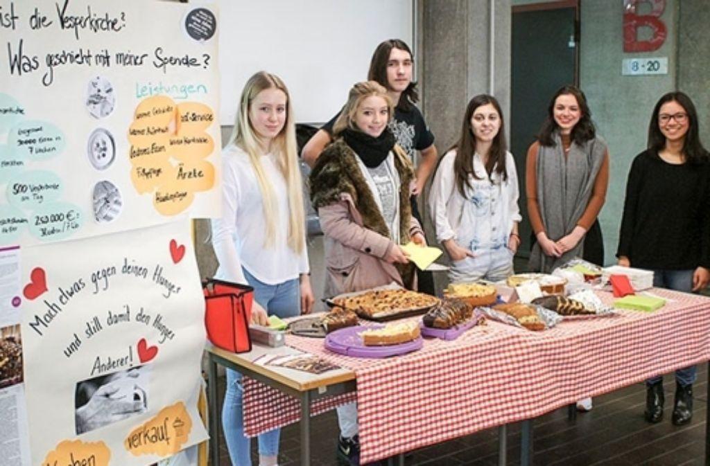 Schüler der Johannes-Gutenberg-Schule verkaufen Kuchen für den guten Zweck. Foto: Aust/jgs