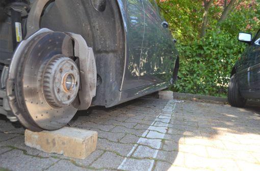 Räder abmontiert und Mercedes auf Backsteine gestellt