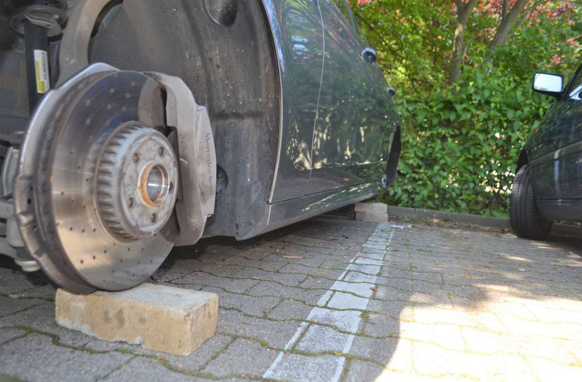 Ähnlich wie bei diesem Diebstahl in Pforzheim 2019 stahlen Unbekannte die Räder eines Mercedes und bockten das Fahrzeug auf Ziegelsteine auf. (Symbolfoto) Foto: 7aktuell.de/ igm