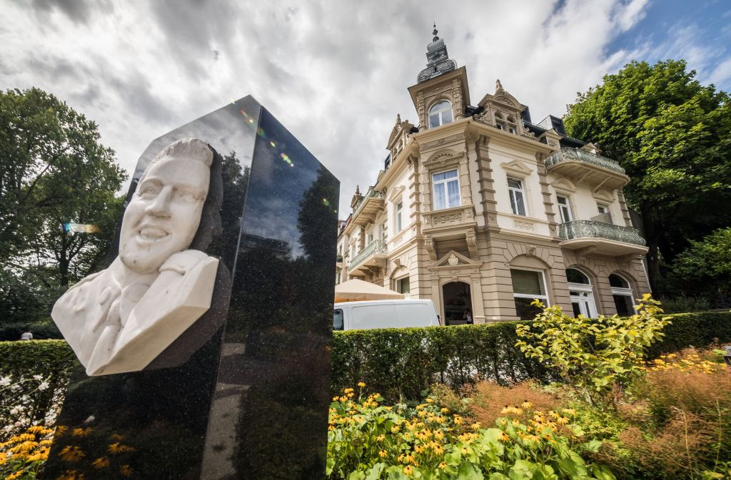 Ein Relief von Elvis Presley im hessischen Bad Nauheim, dahinter steht das Hotel Villa Grunewald, in dem Presley von Oktober 1958 bis Februar 1959 wohnte. Foto: dpa