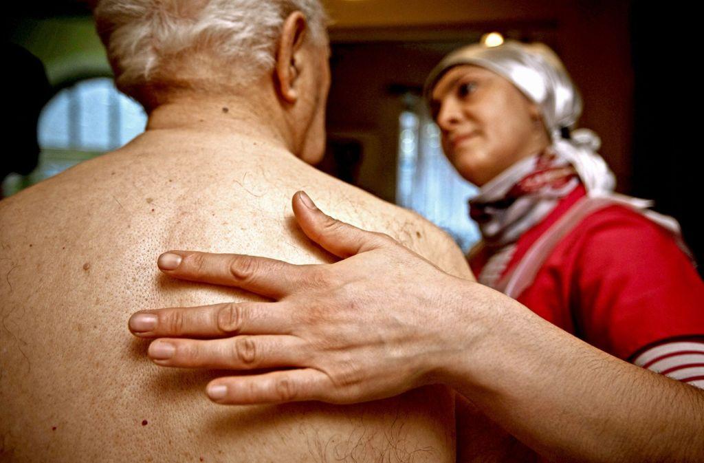Immer mehr alte Menschen brauchen Pflege. Nur wächst das Personal nicht in gleichem Maß wie der Bedarf. Foto: