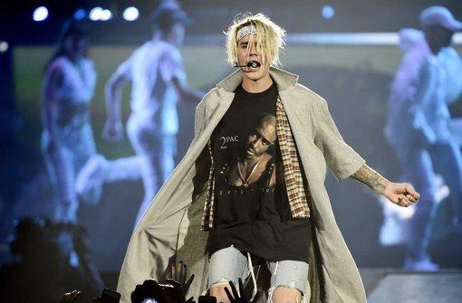 Ein blondierter Bieber im 2Pac-Shirt