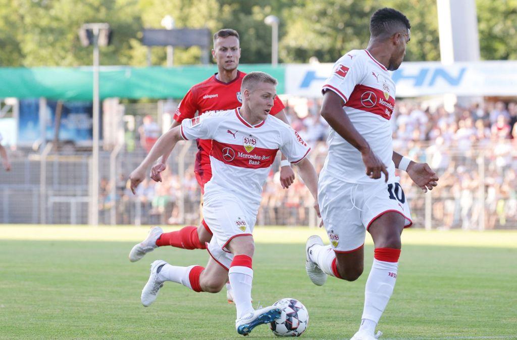 Santiago Ascacibar (Mitte) und Daniel Didavi führen den VfB Stuttgart zum Testspielerfolg beim SSV Reutlingen. Foto: Pressefoto Baumann