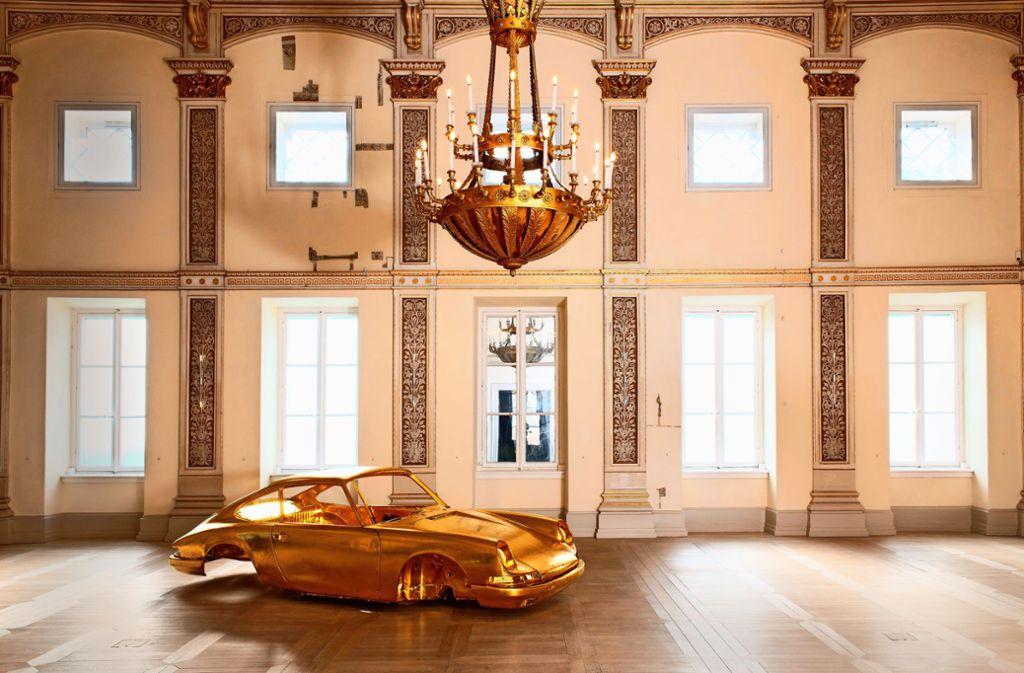 """Ein echtes Schmuckstück: der goldene Porsche """"Helios"""" des Bildhauers Stefan Rohrer – zu sehen in Donaueschingen. Weitere Informationen zu dieser und weiteren Ausstellungen finden Sie in unserer Bildergalerie. Foto: Museum Art.Plus"""
