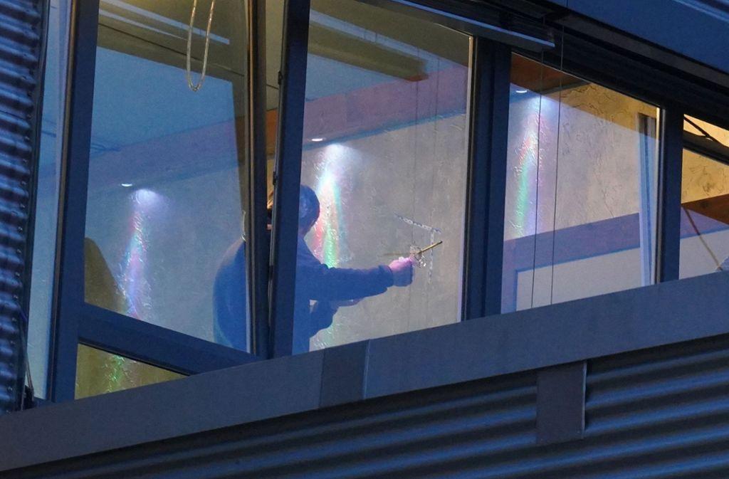 Die Polizei sichert Spuren: Unbekannte haben in Stuttgart-Hedelfingen unter anderem auf das Fenster einer Shisha-Bar geschossen. Foto: Fotoagentur-Stuttgart/Andreas Rosar