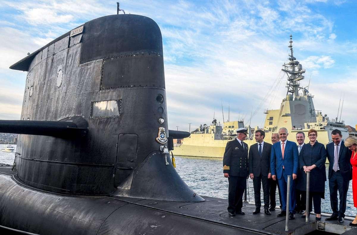 Da waren die Beziehungen noch in Ordnung. Frankreichs Präsident Emmanuel Macron und Australiens Premierminister Malcolm Turnbull besichtigen im Jahr 2018 in Sydney ein U-Boot. Foto: AFP/BRENDAN ESPOSITO