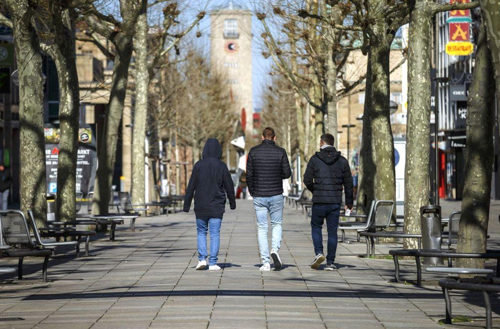 Achtung: Im öffentlichen Raum darf man nun nur noch in Zweiergruppen unterwegs sein, nicht mehr zu dritt. Der Streifendienst überwacht das. Foto: Lichtgut/Julian Rettig