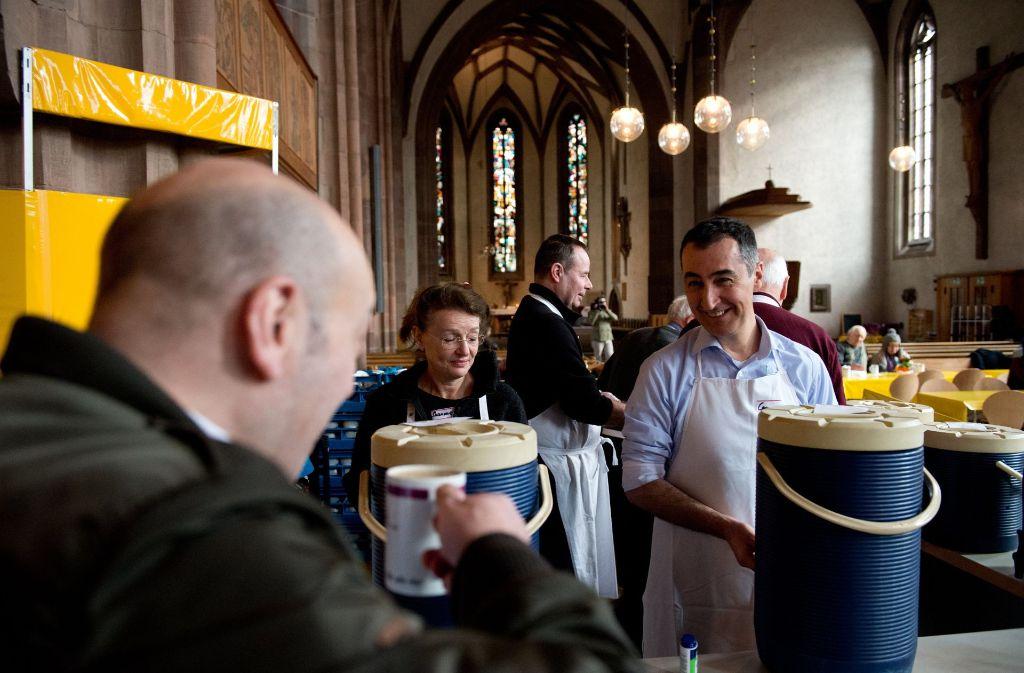 Am Donnerstag hat Grünen-Spitzenkandidat in der Stuttgarter Vesperkirche Essen und Kaffee an Bedürftige verteilt. Foto: dpa