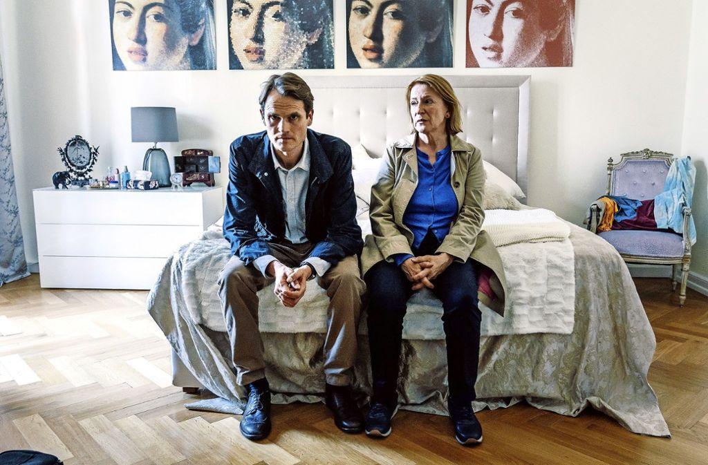 Voss (Fabian Hinrichs) und Ringelhahn (Dagmar Manzel) bekommen es mit seltsamen Leuten zu tun. Foto: BR/Hager Moss Film/Hendrik Heide
