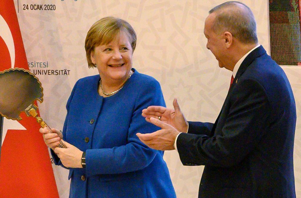 Angela Merkel befindet sich derzeit in der Türkei. Dort wurde sie freundlich von Recep Tayyip Erdogan begrüßt. Foto: AFP/BULENT KILIC