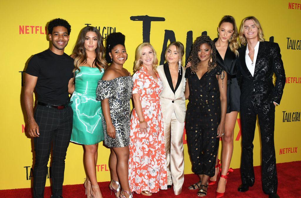 """Einige der """"Tall Girl""""-Schauspieler mit Regisseurin Nzingha Stewart bei der Premiere in Los Angeles. Foto: AFP/Jon Kopaloff"""