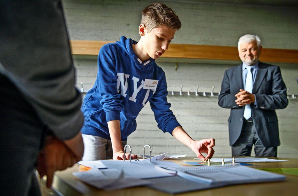 Der Siebtklässler Mats erläutert dem Regierungspräsidenten Wolfgang Reimer das Coaching. Foto: Gottfried Stoppel