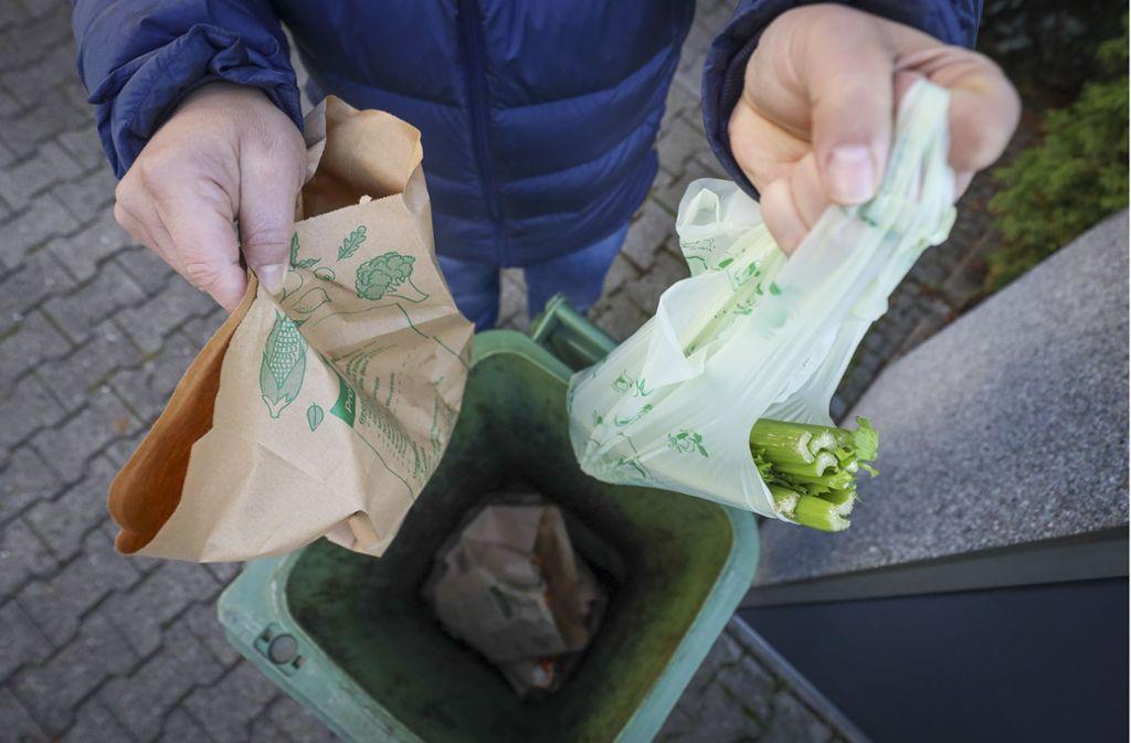 In die grüne Tonne im Kreis Böblingen gehören Papiertüten, sogenannte kompostierbare Biomüllbeutel sind verboten. Foto: factum/Simon Granville