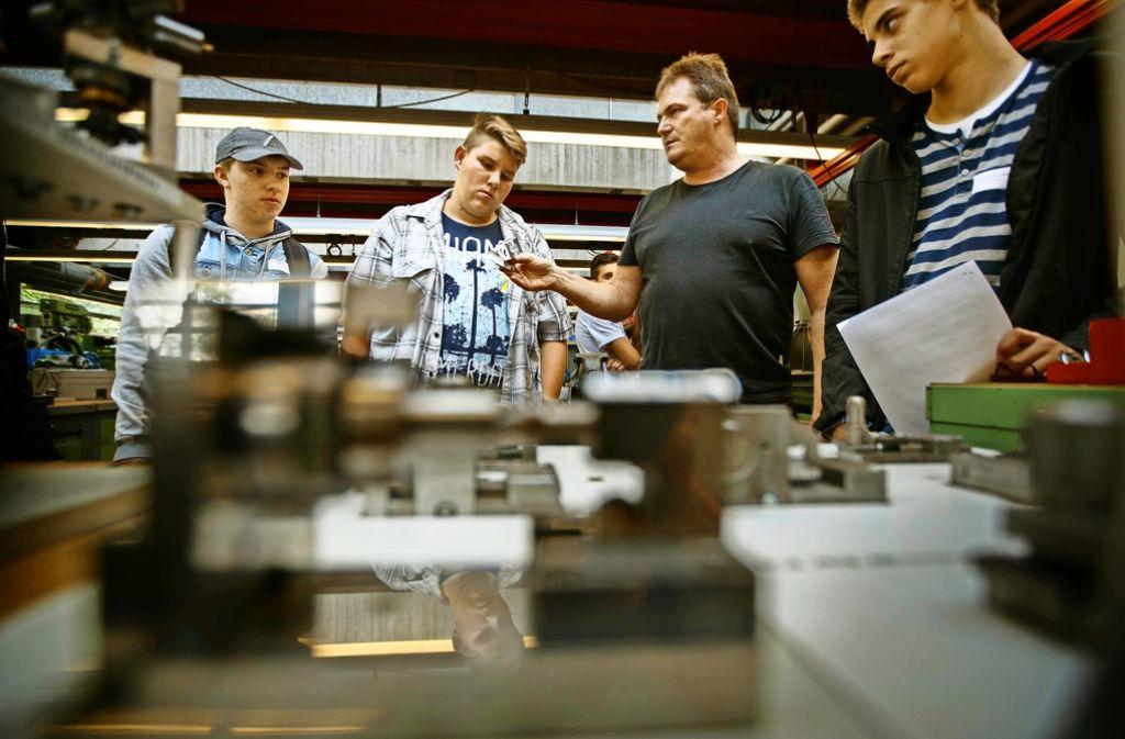 Die  Projektteilnehmer  beim Besuch in einer Ausbildungswerkstatt des Berufsbildungswerks Waiblingen Foto: Gottfried Stoppel