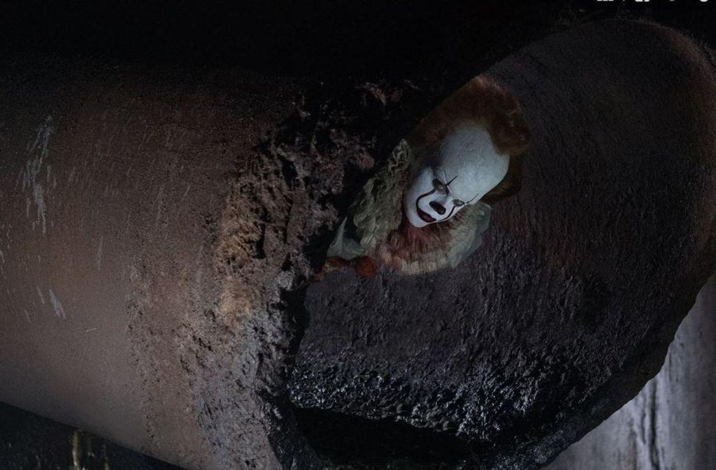 """In Stephen Kings """"Es"""" lautert das Grauen in Form eines Clowns in den Kanalrohren der amerikanischen Kleinstadt Derry. Foto: Warner Bros. and RatPac-Dune Ent"""