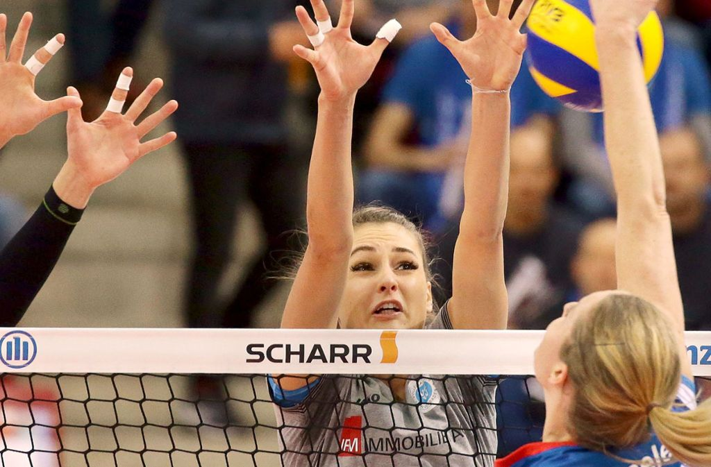 Freut sich auf die Heimspiele in der Stuttgarter Scharrena: MTV-Neuzugang Dora Grozer (hier noch im Trikot des VC Wiesbaden beim Block gegen Deborah van Daelen Foto: Baumann