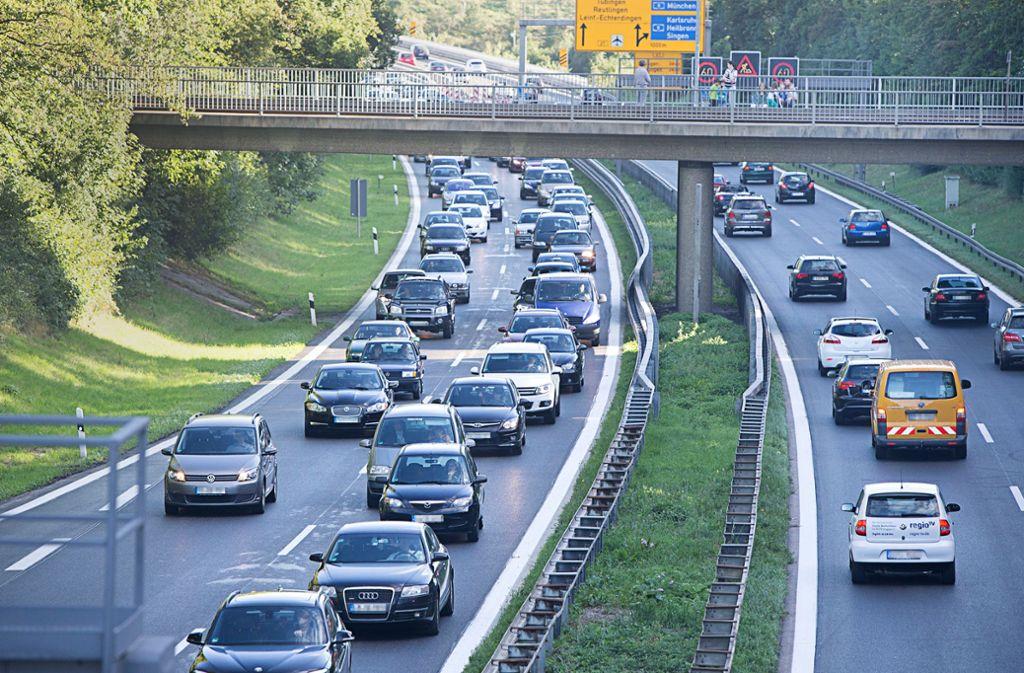 Über die B27 – hier bei Möhringen –  pendeln besonders viele Autofahrer in die Landeshauptstadt hinein (links) und wieder hinaus. Foto: Michael Steinert