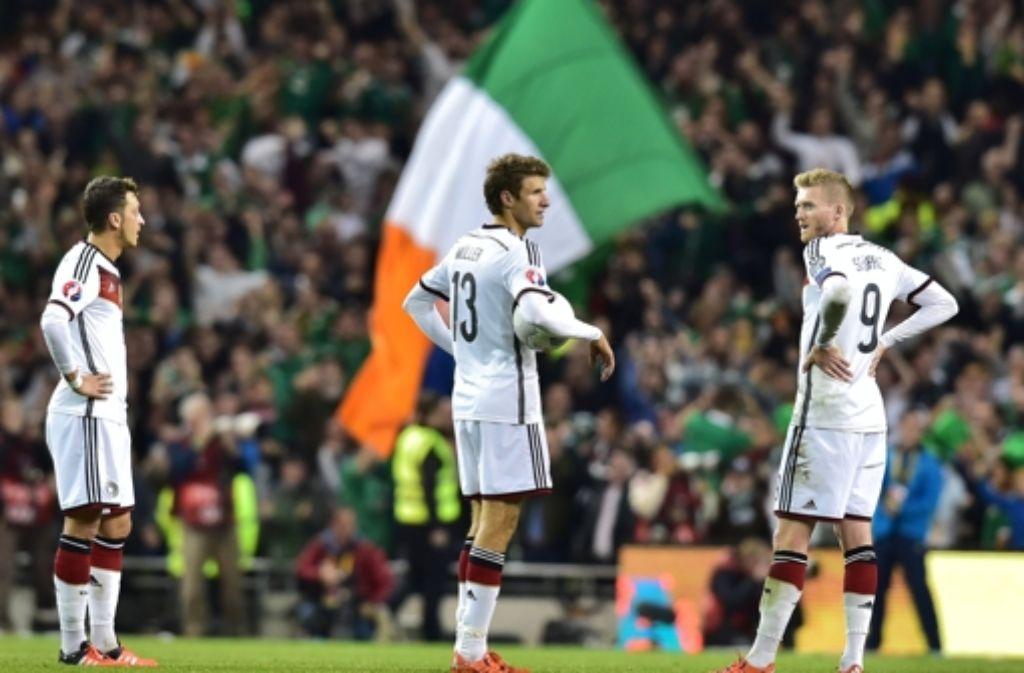 Das hat gesessen: Mesut Özil, Thomas Müller und Andre Schürrle (v.l.) nach dem 1:0 Treffer für Irland in der 2. Halbzeit. Foto: dpa