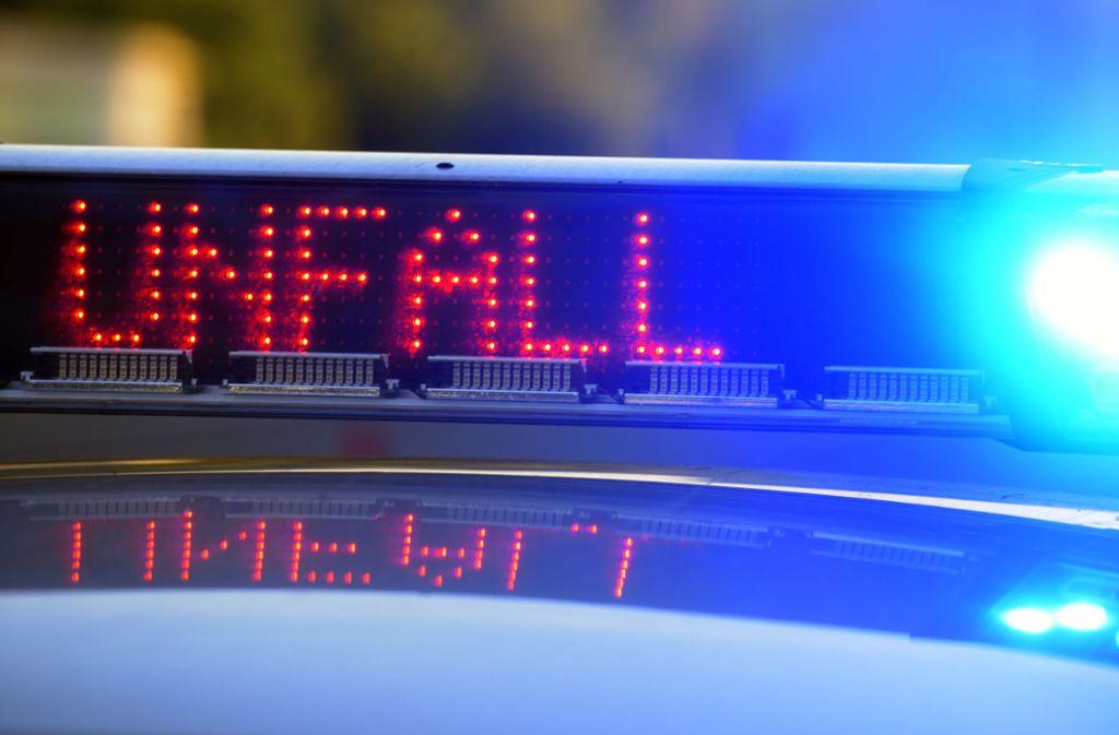 Zwei Menschen kommen ums Leben, als ein Zug den Kleintransporter an einem Bahnübergang erfasst. Foto: dpa