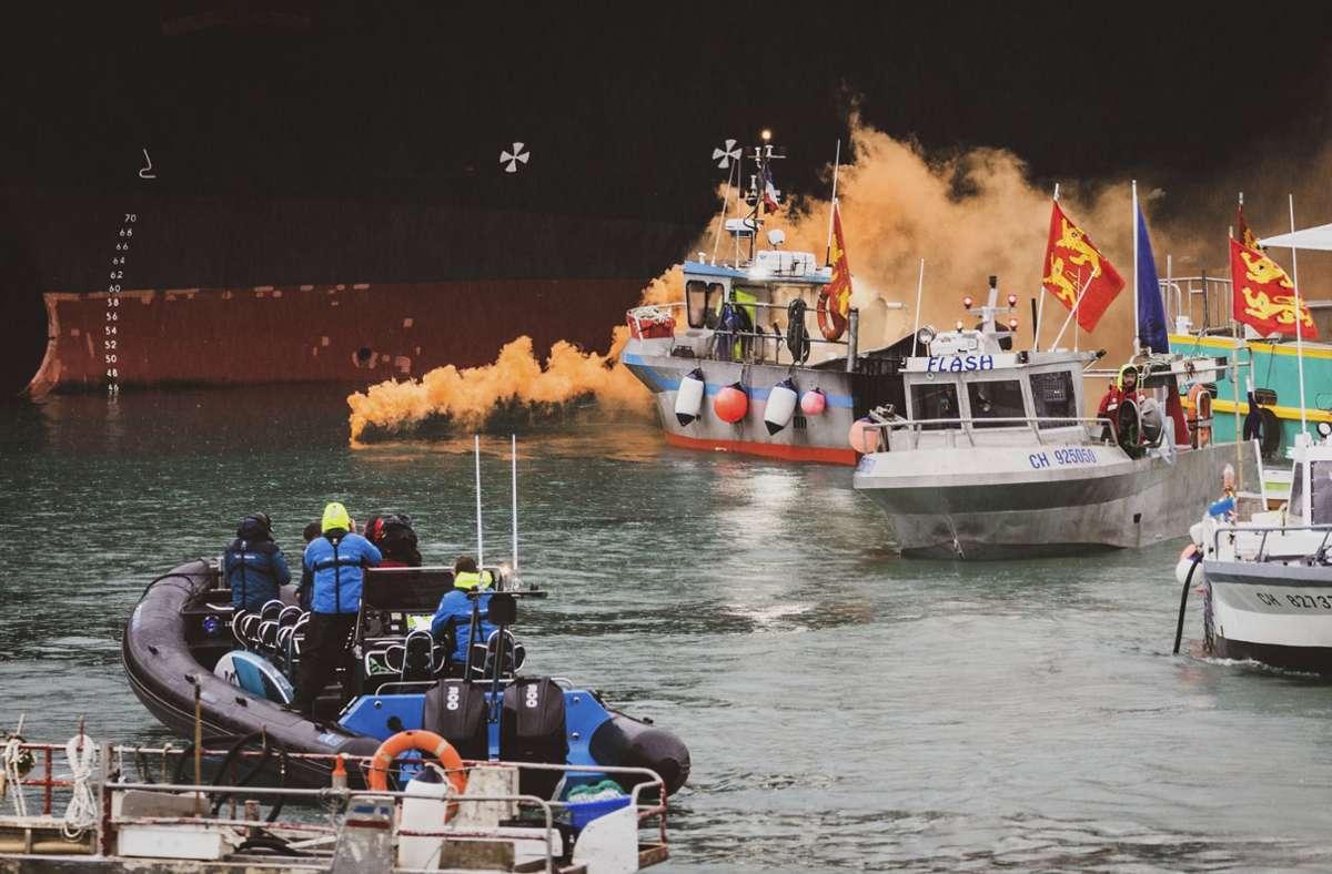 Französische Fischer blockieren den Hafen in Jersey. Sie wollen damit eine schnellere Vergabe der Fischereilizenzen erreichen. Foto: dpa/Oliver Pinel