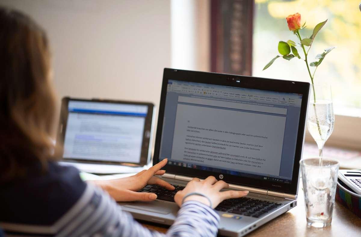Die meisten Schüler in Baden-Württemberg lernen am heimischen Schreibtisch. Foto: dpa/Sebastian Gollnow