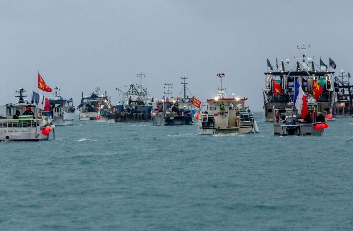 Französische Fischer blockieren den Hafen von Jersey. Sie protestieren damit gegen die Vergabepraxis der Fischfanglizenzen durch die britischen Behörden. Foto: dpa/Gary Grimshaw
