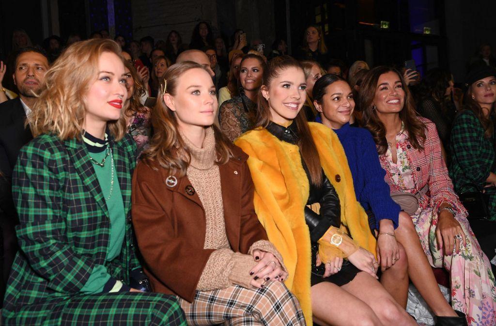 """In der """"Front Row"""" ging es eng zu: Die Riani-Schau auf der Fashion Week besuchten unter anderem Moderatorin Victoria Swarovski (in Gelb) und Model Jana Ina Zarrella(ganz rechts). Foto: Getty Images Europe"""