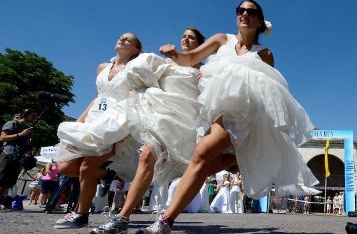 Unverheiratete gewinnt beim Brides Run mit geliehenem Kleid