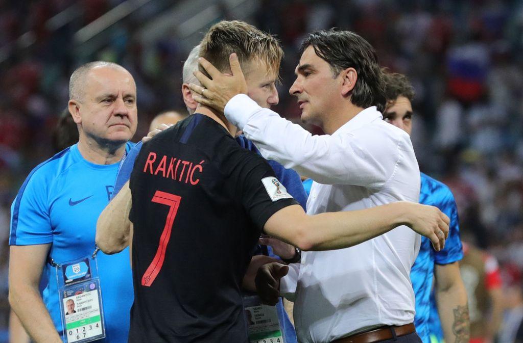 Er hat seine Stars wie Ivan Rakitic im Griff und zu einer Einheit geformt: Kroatiens Nationaltrainer Zlatko Dalic (re.). Foto: dpa