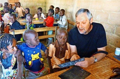 Ein Koffer steht  in Afrika