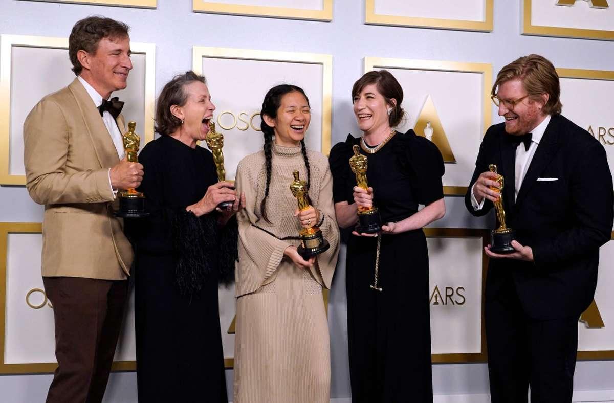 """Freude beim Team von """"Nomadland"""" – der Film wurde in den wichtigsten Oscar-Kategorien ausgezeichnet. Foto: AFP/CHRIS PIZZELLO"""