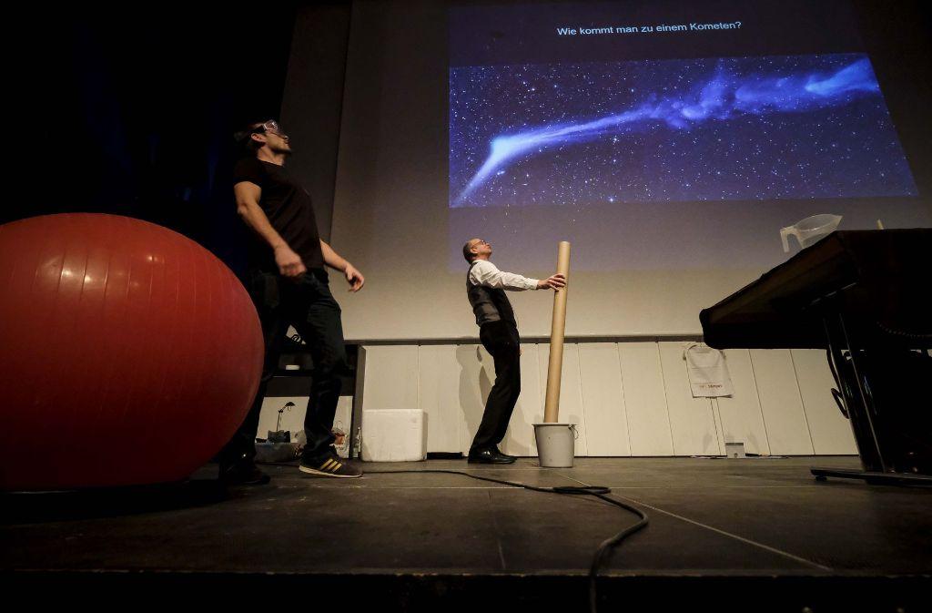 Professor Andreas Beck erklärt Kindern, wie man zu einem Kometen kommt. Foto: Lichtgut/Leif Piechowski