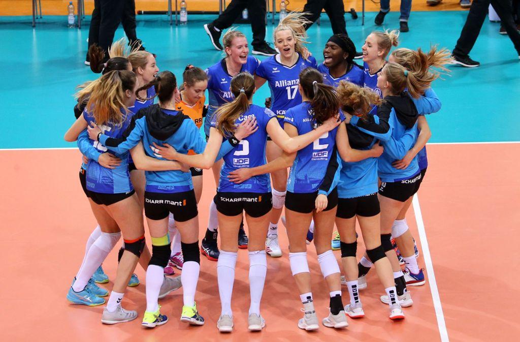 So sehen Sieger(innen) aus, die Volleyballerinnen von Allianz MTV Stuttgart. Foto: Baumann