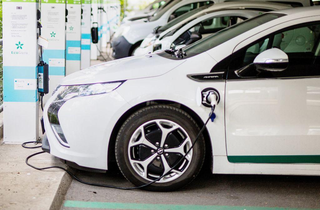 Elektroautos an einer Ladestation sind in Deutschland ein immer häufigerer Anblick. Foto: dpa