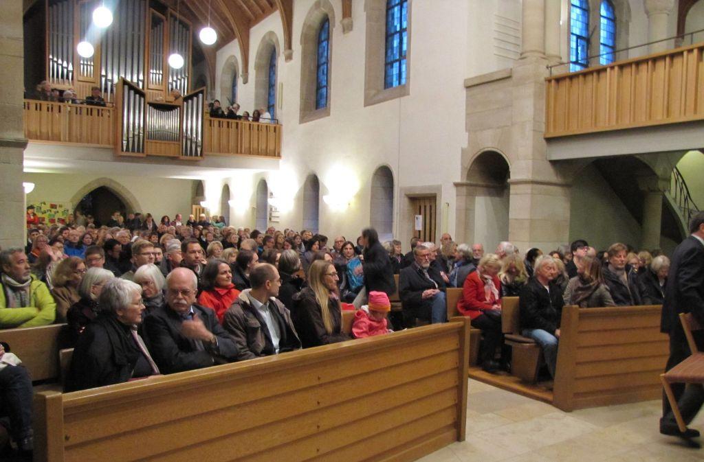 Bei der Gründung des Freundeskreises für Flüchtlinge in der Degerlocher Michaelskirche waren viele interessierte Helfer zugegen. Foto: