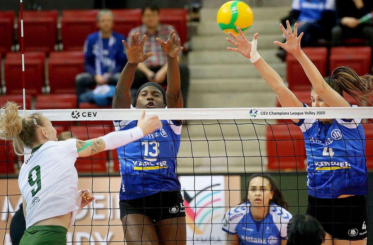Kapitänin Krystal Rivers (li.) und Juliet Lohuis im Block: Die Champions League ist für Volleyball-Bundesligist Allianz MTV Stuttgart im Jahr 2020 eine ganz besondere Herausforderung. Foto: Baumann