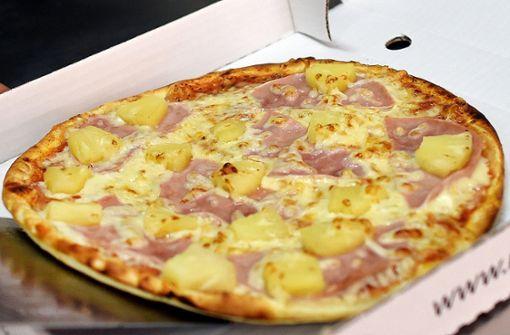 Männer bewerfen sich mit Pizza und Nudeln