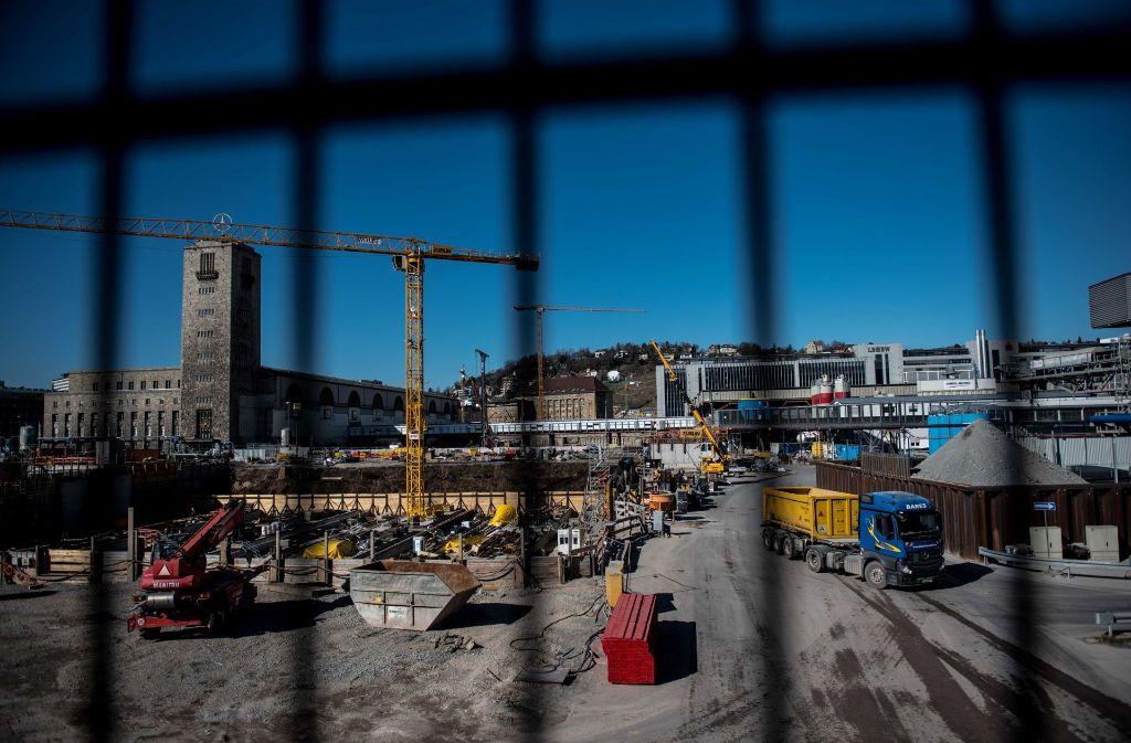 Während am Stuttgarter Bahnhof weiter gebaggert wird beschäftigt sich nun auch das Bunndesverfassungsgericht mit einem Aspekt des Projektes. Foto: Lichtgut/Max Kovalenko