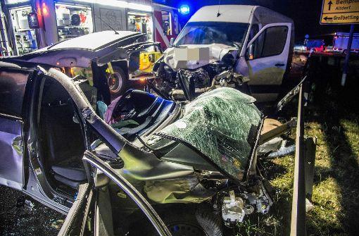 Kleinwagen prallt auf Transporter – Fahrer stirbt