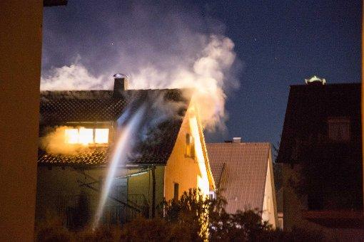 Flammen lodern aus Dreifamilienhaus