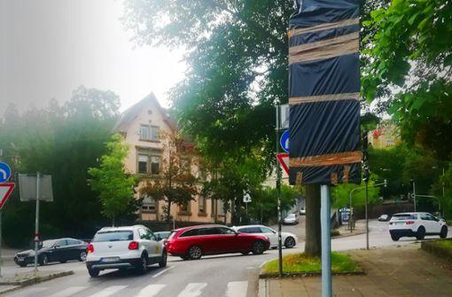 Verhüllte Schilder verwirren  Autofahrer