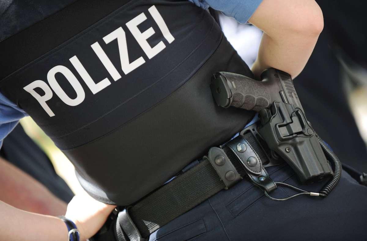 Polizisten konnten den Mann schließlich überwältigen. (Symbolbild) Foto: dpa/Arne Dedert