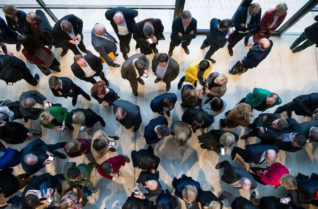 Einige der derzeit 709 Abgeordnete in der Lobby des Deutschen Bundestags. Foto: dpa