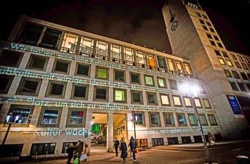 Mit einer Projektion haben sich die Künstler an die Rathausspitze gewandt. Foto: Lichtgut/Achim Zweygarth